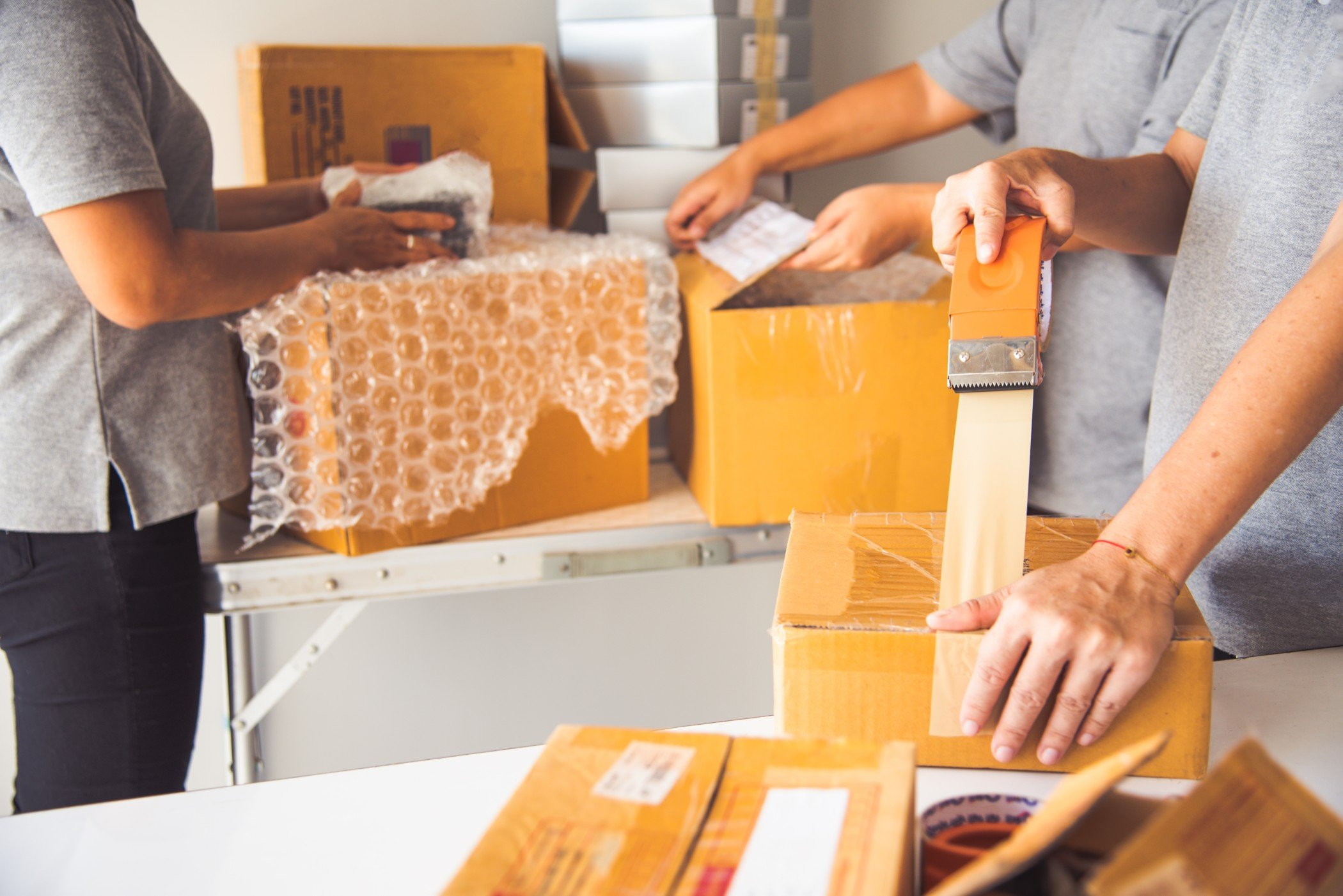 hand-holding-closed-up-tapes-to-pack-products-to-prepare-shipments_t20_eVYYGv